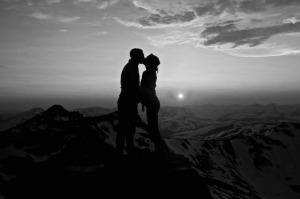 silhouette-du-couple-coucher-de-soleil-sur-les-montagnes-baiser-217316